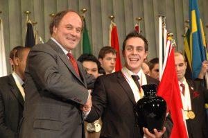 Lors du 39e Mondial des Métiers au Japon, en 2007, Nicolas Drouin, un jeune finissant de l'École hôtelière de la Capitale de la CS de la Capitale a remporté le Prix Albert-Vidal et a été proclamé Meilleur du monde parmi tous les finalistes du Mondial. On le voit ici recevoir l'honneur suprême des mains du président de WorldSkills Jack Düsseldorf.