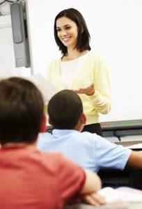 enseignante-eleves-gars