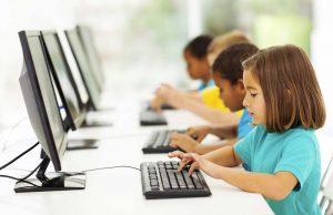 jeunes-ordinateurs-alignes